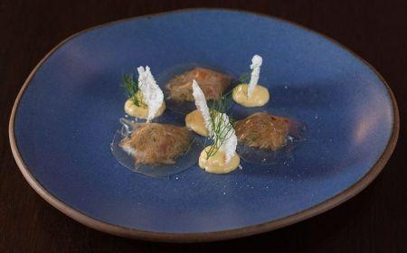 Ravióli de vinho branco recheado com caranguejo e emulsão de bacuri