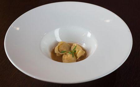 Tortellini de camarão em caldo asiático